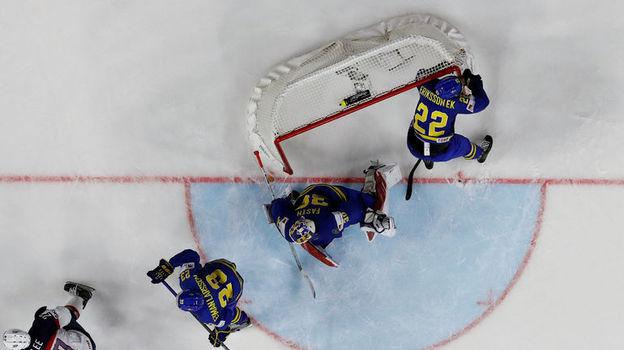 """Вчера. Кельн. США - Швеция - 4:3. Опасный момент у ворот """"Тре Крунур"""". Фото Reuters"""