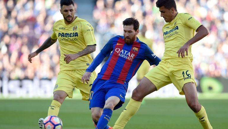 """Суббота. Барселона. """"Барселона"""" – """"Вильярреал"""" – 4:1. Лионель МЕССИ (в центре) атакует ворота соперника. Фото AFP"""