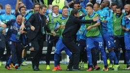 27 июня 2016 года. Сен-Дени. Италия - Испания - 2:0. Массимо КАРРЕРА и Антонио КОНТЕ празднуют со своими игроками выход в 1/4 финала Euro-2016.
