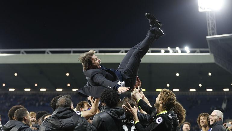 """Пятница. Уэст-Бромидж. """"Вест Бромвич"""" - """"Челси"""" - 0:1. Команда благодарит за сезон Антонио КОНТЕ. Фото Reuters"""
