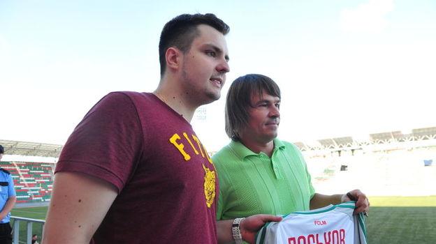 Дмитрий ЛОСЬКОВ (справа) с болельщиком. Фото Федор УСПЕНСКИЙ, «СЭ»