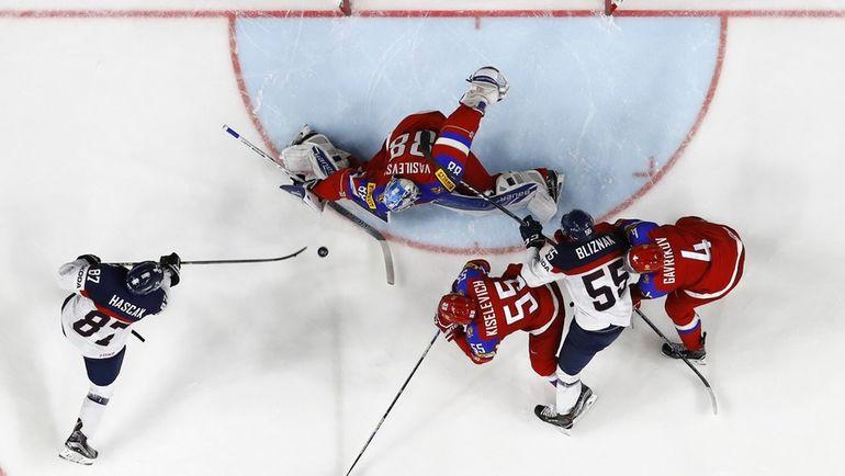 Сегодня. Кельн. Россия - Словакия - 6:0. Один из сэйвов Андрея ВАСИЛЕВСКОГО. Фото Reuters