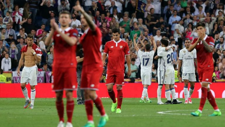 """Футболисты """"Севильи"""" благодарят болельщиков. Фото AFP"""