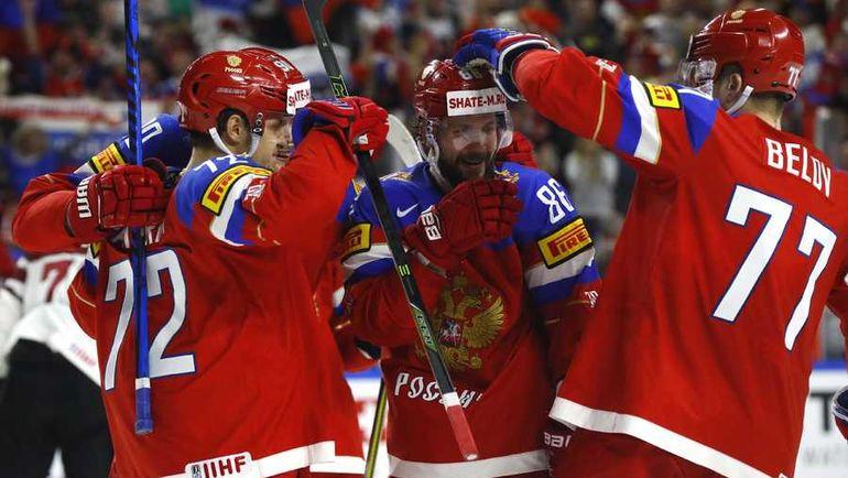 Сегодня. Кельн. Россия - Латвия - 5:0. Партнеры поздравляют Никиту КУЧЕРОВА (в центре) с заброшенной шайбой. Фото REUTERS