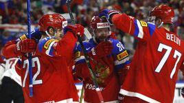 Сегодня. Кельн. Россия - Латвия - 5:0. Партнеры поздравляют Никиту КУЧЕРОВА (в центре) с заброшенной шайбой.