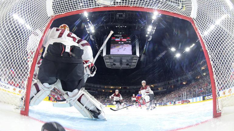 Сегодня. Кельн. Россия - Латвия - 5:0. Очередная шайба влетает в ворота Иварса ПУННЕНОВСА. Фото Reuters