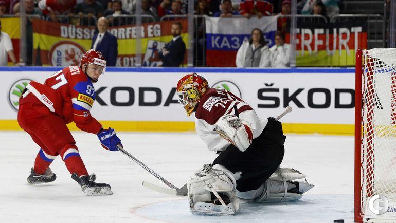 Понедельник. Кельн. Россия - Латвия - 5:0. Никита ГУСЕВ (слева) и Иварс ПУННЕНОВС.