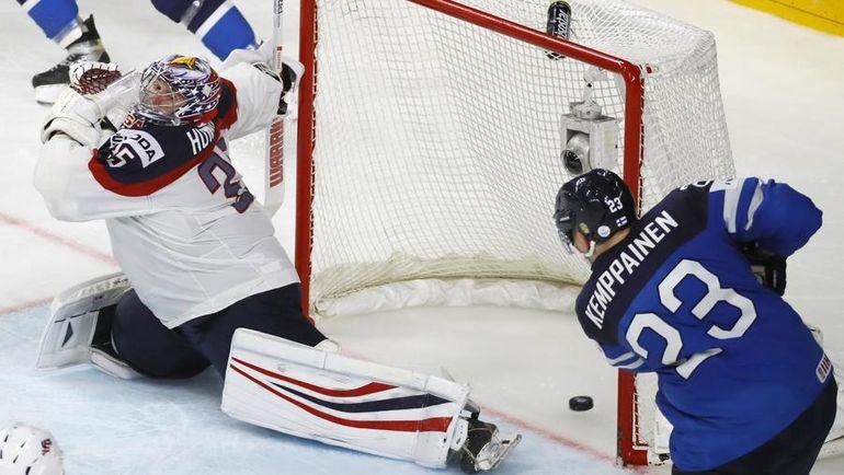 Сегодня. Кельн. США - Финляндия - 0:2. Финн Йоонас КЕМППАЙНЕН поражает ворота американца Джимми ХОВАРДА. Фото Reuters