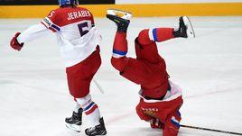 Сегодня. Париж. Россия - Чехия - 3:0. Никита КУЧЕРОВ попадает под силовой прием Якуба ЕРЖАБЕКА.
