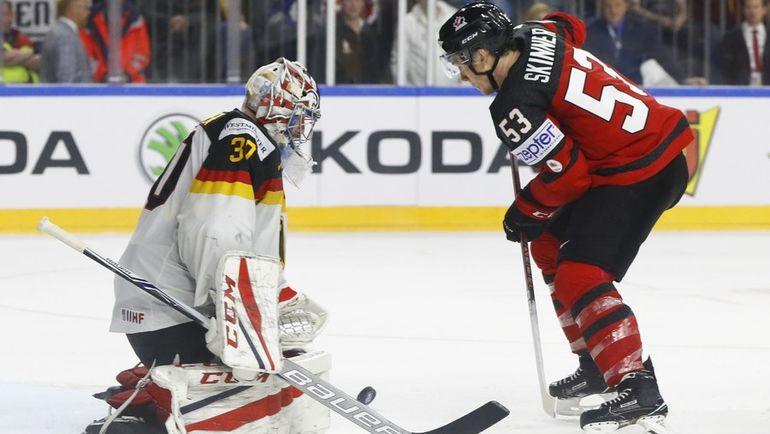 Вчера. Кельн. Канада - Германия - 2:1. Победный выпад Джеффа СКИННЕРА. Фото AFP