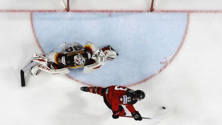 Вчера. Кельн. Канада - Германия - 2:1. Победный выпад Джеффа СКИННЕРА. Фото Reuters