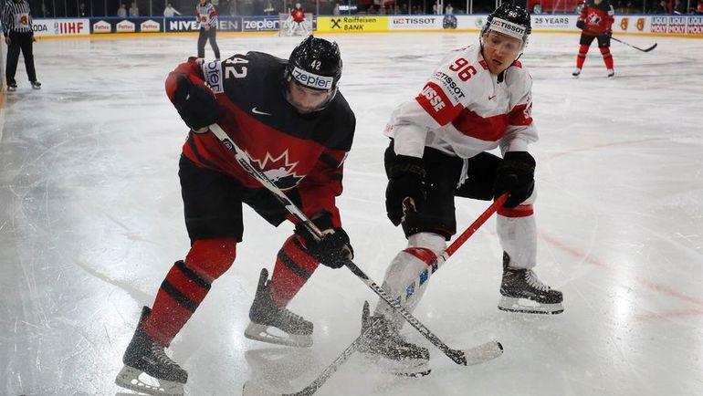 13 мая. Париж. Канада - Швейцария - 2:3 ОТ. Крис ЛИ (слева) против Дамьена БРЮННЕРА. Фото Reuters