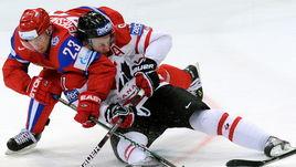 20 мая 2010 года. Кельн. Россия – Канада – 5:2. В борьбе Алексей ТЕРЕЩЕНКО и Стивен СТЭМКОС.
