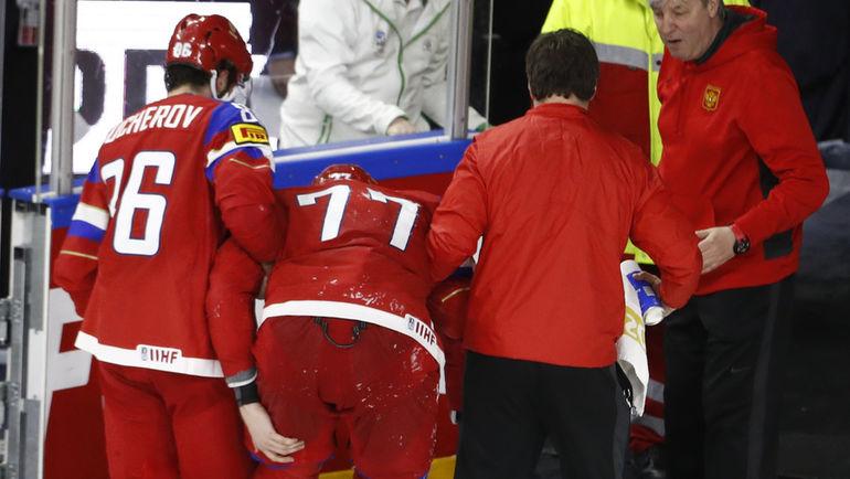 Воскресенье. Кельн. Россия - Финляндия - 5:3. Антона БЕЛОВА (№77) уводят со льда. Фото Reuters