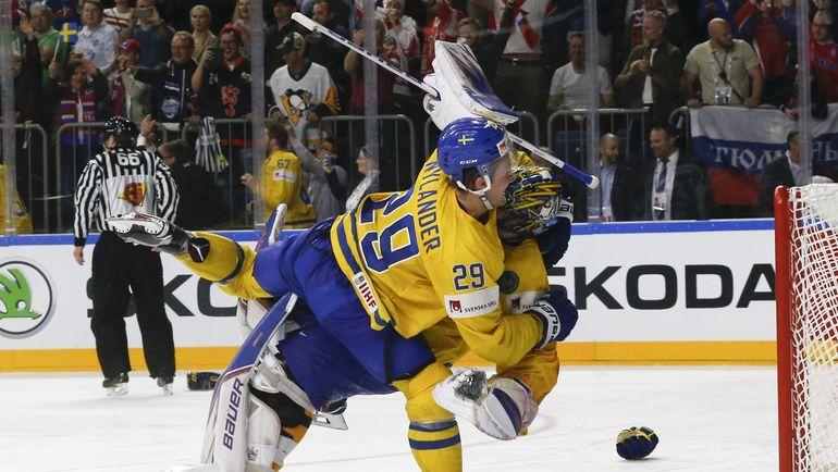 Вчера. Кельн Вильям НЮЛАНДЕР первым поздравляет с победой в чемпионате Хенрика ЛУНДКВИСТА. Фото Reuters