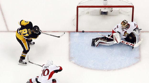 """Сегодня. Питтсбург. """"Питтсбург"""" - """"Оттава"""" - 7:0. Нападающий хозяев Фил КЕССЕЛ забрасывает шайбу в ворота соперника. Фото USA Today"""
