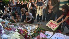 """Вчера. Манчестер. Люди приносят цветы и свечи в память жертв теракта на """"Манчестер Арене""""."""