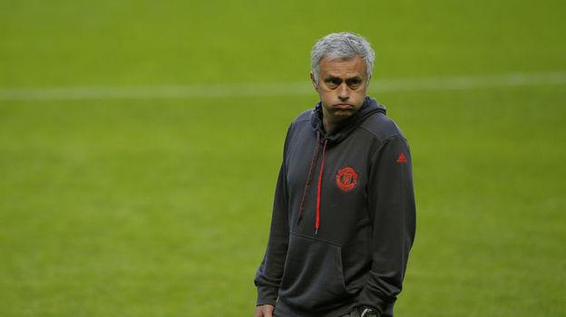 Жозе МОУРИНЬЮ может спасти сезон, если выиграет Лигу Европы. Фото AFP