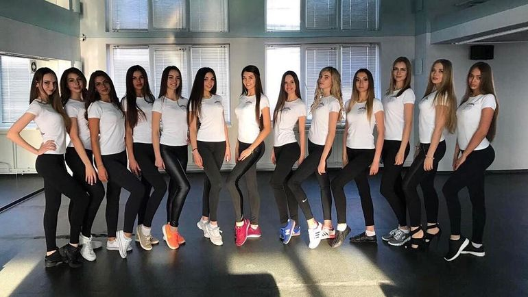 """На сегодняшний матч футболистов """"Енисея"""" и """"Арсенала"""" должны вывести 22 девушки-модели. Фото twitter.com"""