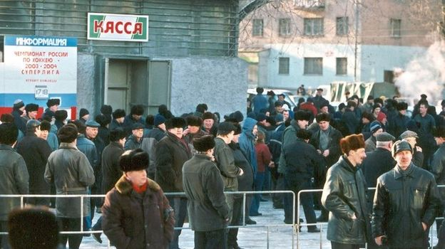 17 марта 2004 года. Новокузнецк. В годы расцвета новокузнецкого хоккея к кассам ледового дворца в этом городе было не протолкнуться. Фото Валентин ПЕТРУШКОВ
