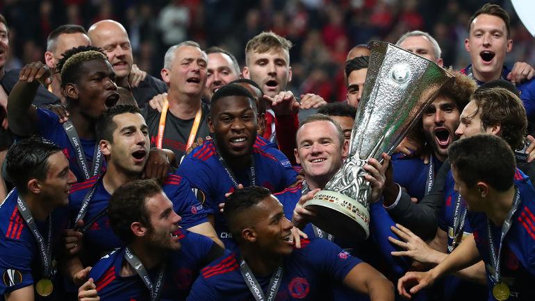 """Среда. Стокгольм. """"Аякс"""" - """"Манчестер Юнайтед"""" - 0:2. Уэйн РУНИ (с кубком) празднует победу в Лиге Европы с командой. Фото Reuters"""