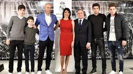 "Зинедин ЗИДАН (третий слева), его супруга Вероника (в центре), их дети и президент ""Реала"" Флорентино ПЕРЕС (третий справа)."