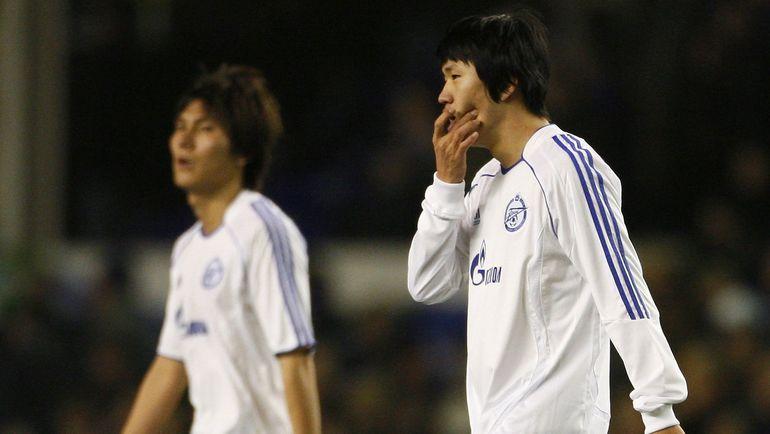 Ли ХО (справа) с соотечественником Ким ДОН ЧЖИНОМ. Фото REUTERS
