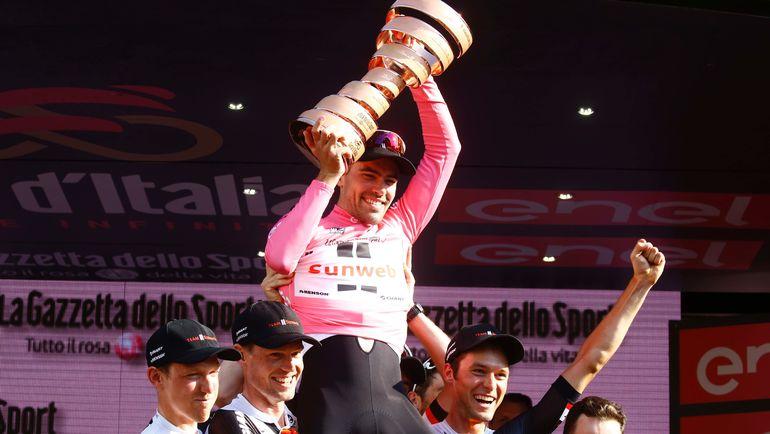 """Победитель юбилейной """"Джиро д'Италия"""" Томас ДЮМУЛЕН (в центре). Фото AFP"""