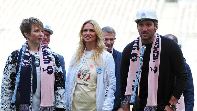 Виктория ЛОПЫРЕВА с Яной ЧУРИКОВОЙ и Александром ОВЕЧКИНЫМ.