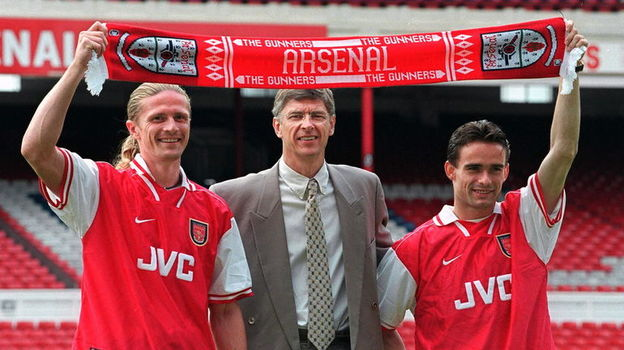 17 июня 1997 года. Лондон. Эмманюэль ПЕТИ, Арсен ВЕНГЕР и Марк ОВЕРМАРС. Фото AFP