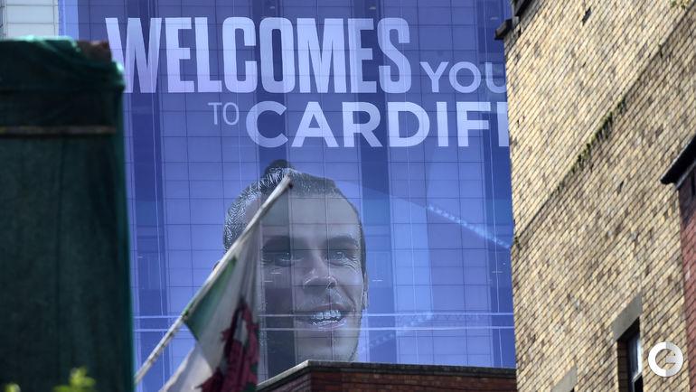 """Сегодня. Кардифф. Игрок сборной Уэльса и мадридского """"Реала"""" Гарет БЭЙЛ на плакате возле стадион """"Миллениум""""."""