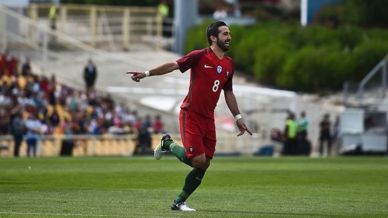 Суббота. Эшторил. Португалия – Кипр – 4:0. ЖОАУ МОУТИНЬЮ празднует гол. Фото Reuters