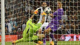 """Суббота. Кардифф. """"Ювентус"""" - """"Реал"""" - 1:4. 64-я минута. КРИШТИАНУ РОНАЛДУ оформляет дубль в ворота Джанлуиджи БУФФОНА."""