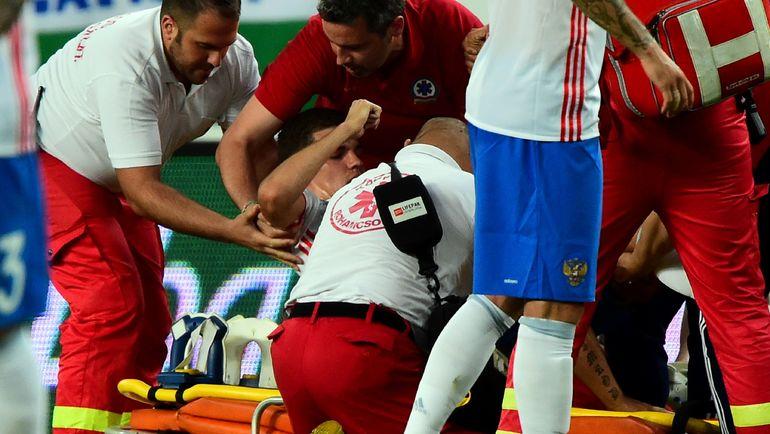 Сегодня. Будапешт. Венгрия - Россия - 0:3. Романа ЗОБНИНА уносят с поля на носилках. Фото AFP