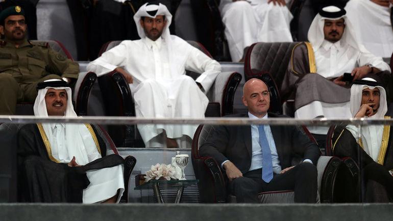 Шейх Тамим бин Хамад АЛЬ-ТАНИ (слева) и глава ФИФА Джанни ИНФАНТИНО. Фото REUTERS