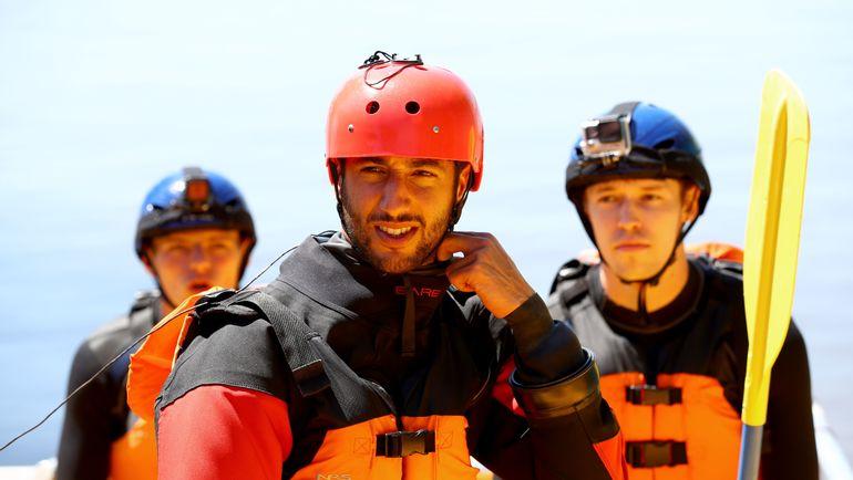 Вчера. Монреаль. Даниил КВЯТ (справа), Даниэль РИККЬЯРДО (в центре) и Макс ФЕРСТАППЕН перед стартом этапа отправились на рафтинг. Фото AFP