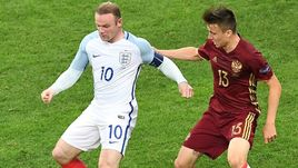 11 июня 2016 года. Марсель. Россия - Англия - 1:1. В борьбе Александр ГОЛОВИН (справа) и Уэйн РУНИ.