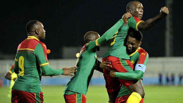 Венсан АБУБАКАР (второй справа) снова принес Камеруну победу. Фото AFP