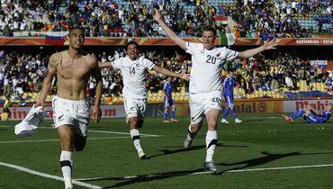 Уинстон РИД (слева) празднует гол в ворота Словакии на ЧМ-2010. На Кубке конфедераций он не сыграет. Фото AFP