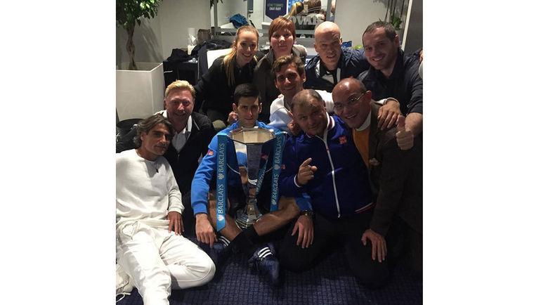 Пепе ИМАС (слева) празднует с Новаком ДЖОКОВИЧЕМ и его командой победу на итоговом турнире 2015 года. Фото Twitter