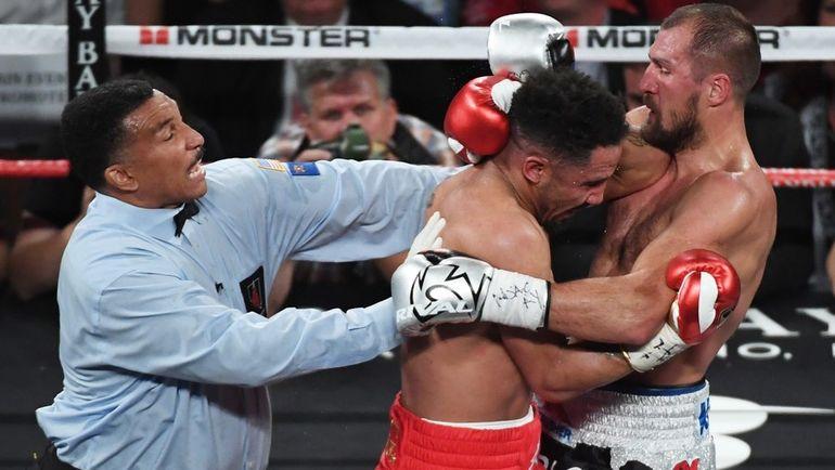 Суббота. Лас-Вегас. Судья Тони УИКС (слева) признал свою ошибку после остановки боя между Андре УОРДОМ (в центре) и Сергеем КОВАЛЕВЫМ. Фото AFP