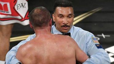 Судья Тони УИКС останавливает бой. Фото AFP