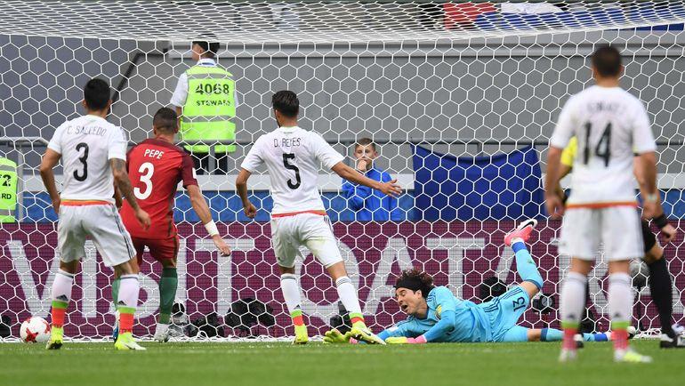 Сегодня. Казань. Португалия - Мексика. Мяч влетает в ворота мексиканцев. Фото AFP