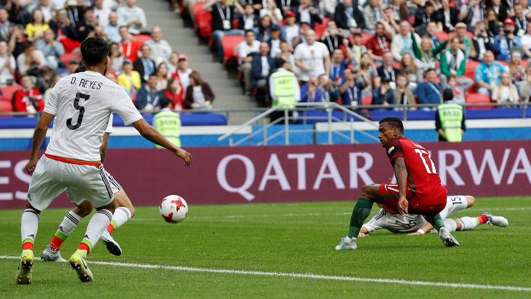 Сегодня. Казань. Португалия - Мексика. Мяч влетает в ворота мексиканцев. Фото Reuters