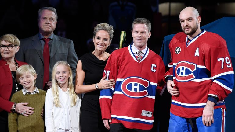 """Декабрь 2014 года. Саку КОЙВУ (второй справа) с семьей и партнерами по """"Монреалю"""". Фото AFP"""