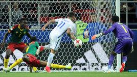 Воскресенье. Москва. Камерун - Чили - 0:2. 90+1-я минута. Чилиец Эдуардо ВАРГАС во второй раз поразил ворота соперника – этот гол с помощью видеоассистентов был засчитан.