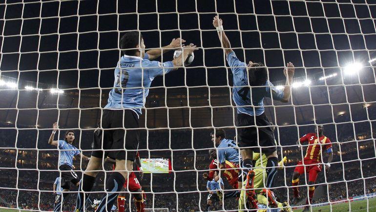 2 июля 2010 года. Йоханнесбург. Уругвай - Гана - 1:1, пен - 4:2. Игра руками на линии ворот Луиса СУАРЕСА. Форвард получил красную карточку, но спас команду от верного гола - и назначенный 11-метровый, и в серии пенальти оказались на руку его сборной. Фото REUTERS