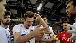 Сегодня. Катовице. Россия - Иран - 3:0. Дмитрий ВОЛКОВ (№ 7) и его партнеры празднуют третью победу за четыре дня.
