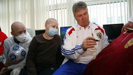 2009 год. Гус ХИДДИНК во время посещения онкологического отделения детской клинической больницы.