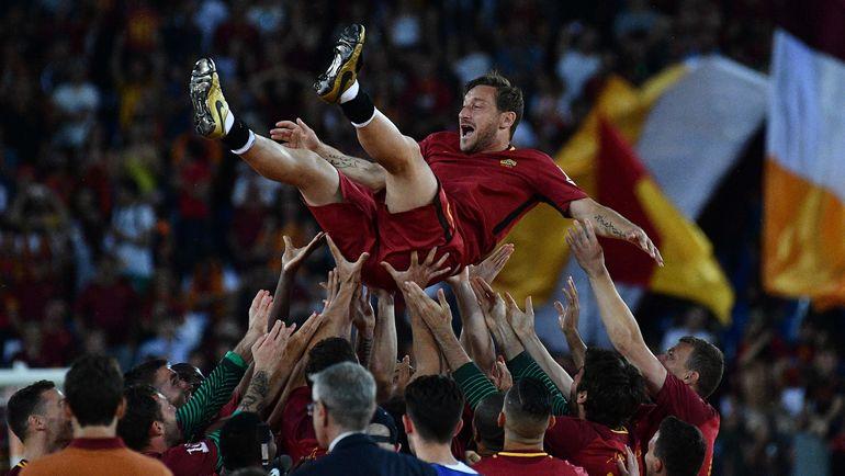 """28 мая. Рим. Футболисты """"Ромы"""" качают Франческо ТОТТИ, завершившего выступления за римский клуб. Фото AFP"""